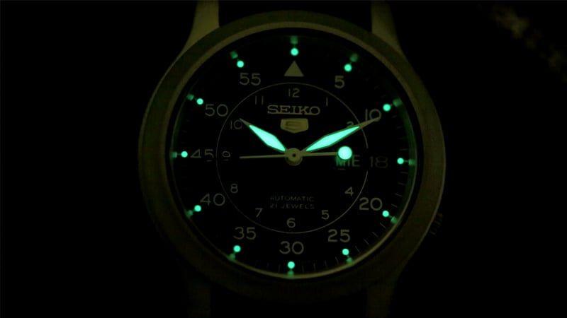 Đồng hồ Seiko 5 quân đội - Nổi bật trong bóng tối