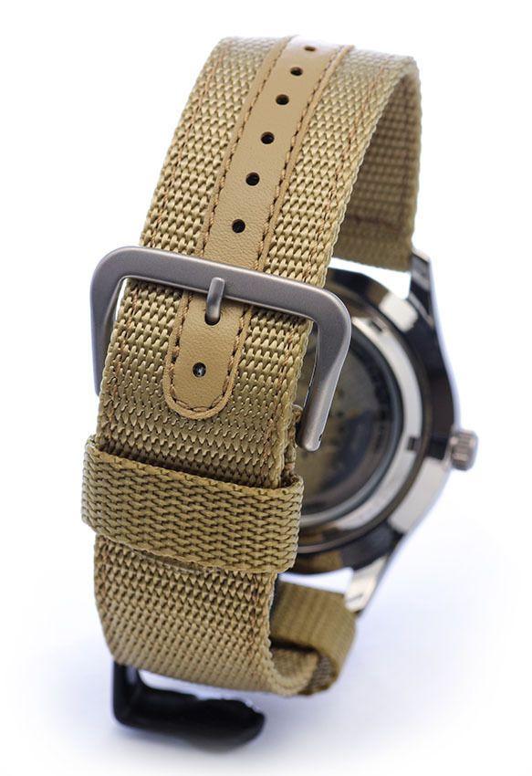Đồng hồ Seiko 5 SNZG07J1 dây nato bụi bặm và khóa cài chắc chắn