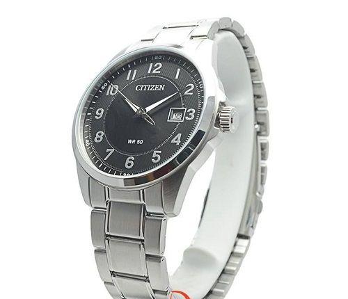 Mặt đồng hồ thiết kế không quá cầu kỳ, các vạch chia số rõ ràng, sắc nét