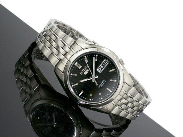 Thiết kế tinh xảo kết hợp với chất liệu thép không gỉ giúp đồng hồ bạn đeo trên tay lúc nào cũng sáng bóng như mới