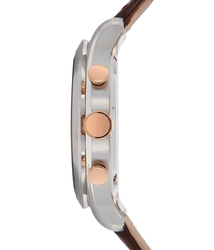 Vỏ và gờ đều làm bằng thép không gỉ, đồng hồ đeo trên tay lúc nào cũng sáng bóng như mới