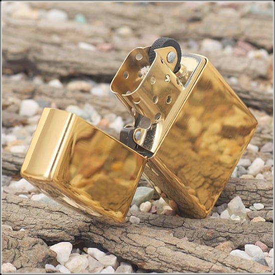 Zippo 254B được mạ vàng sáng bóng mang đến cảm giác sang trọng