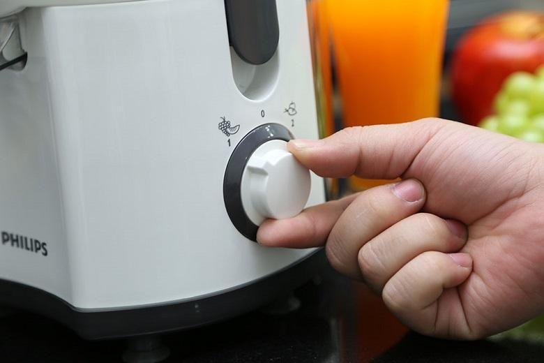 Máy được thiết kế với 2 cài đặt tốc độ giúp bạn dễ dàng xay nhuyễn cả loại nguyên liệu khô, cứng hay mềm mà không tốn nhiều thời gian và không lo hư hại máy.