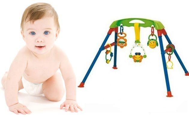 Đi kèm với kệ là các món đồ chơi cho bé giúp hỗ trợ phát triển các kỹ năng cho bé ngay từ khi còn nhỏ