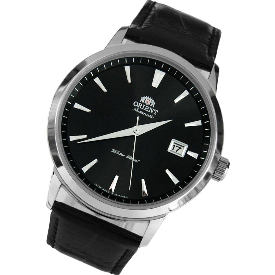 Các vạch số và kim đồng hồ nổi bật trên nền mặt đen