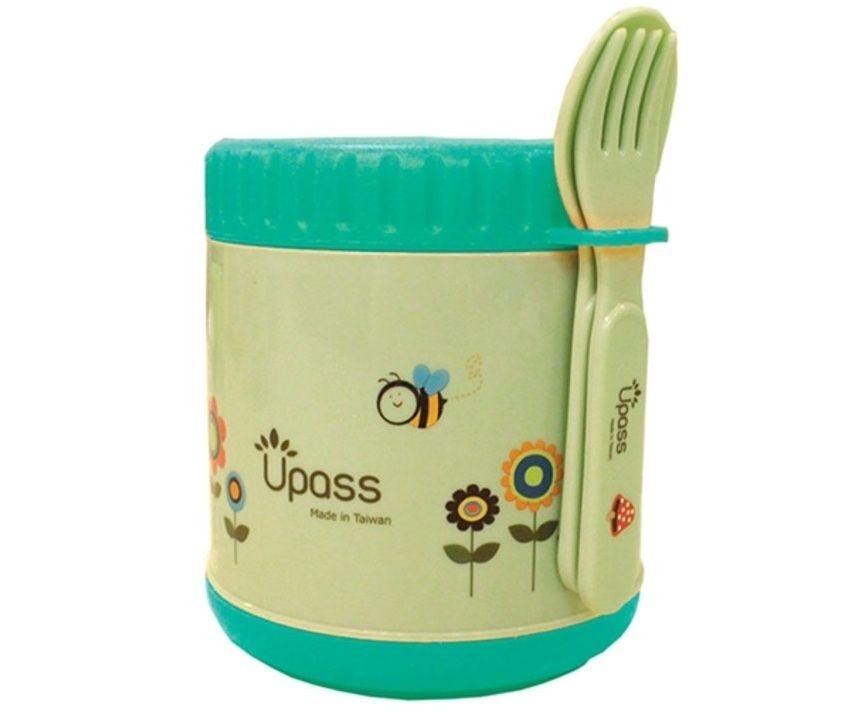 Đi kèm chiếc hộp giữ nhiệt này là thìa nĩa cán có độ dài phù hợp cho bé tự xúc ăn.