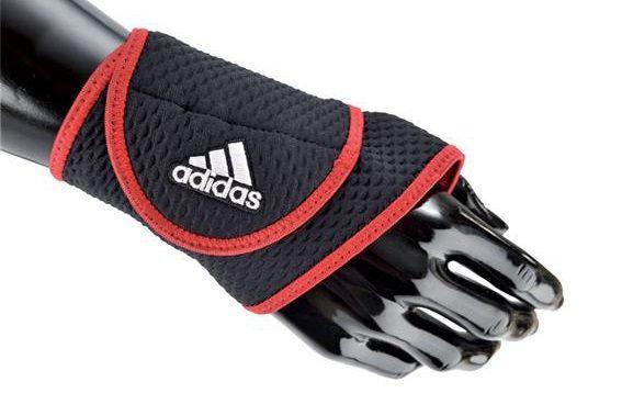 Băng cổ tay được thiết kế thời trang và nổi bật với cách phối hai màu đen đỏ khỏe khoắn