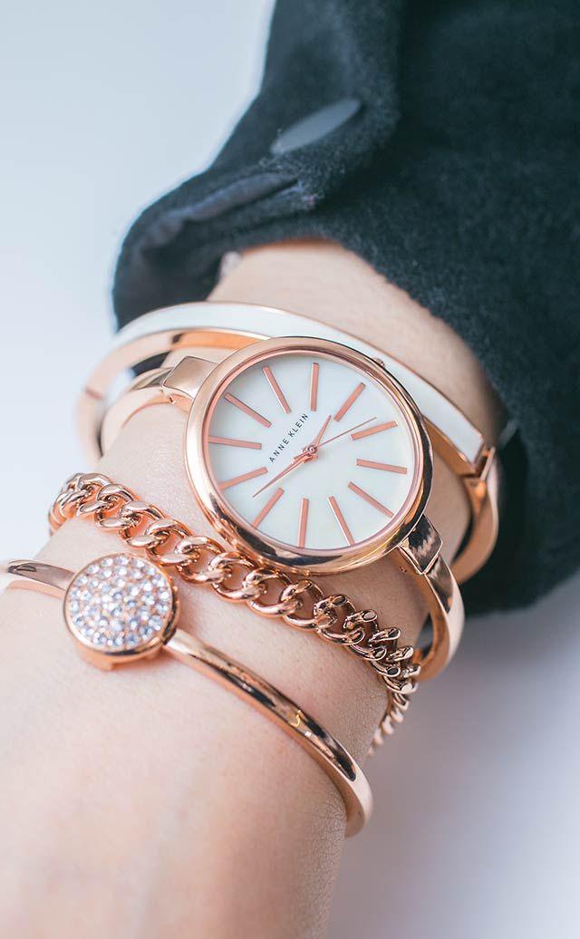 """Bạn có thể đeo đồng hồ và 3 lắc tay cùng lúc hoặc đeo riêng từng chiếc mà không sợ mất đi vẻ ngoài """"sang chảnh"""""""