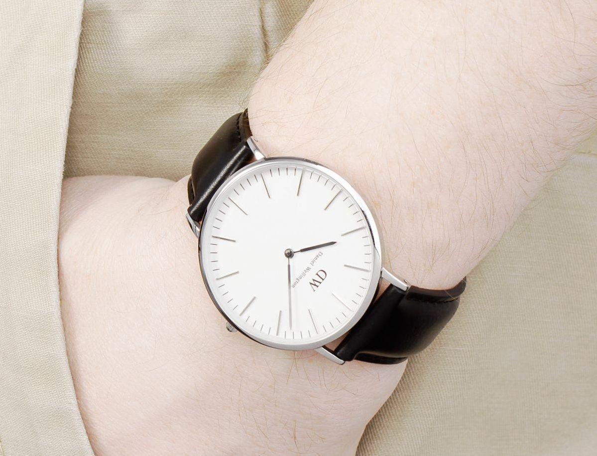 Chiếc đồng hồ gọn nhẹ dễ dàng kết hợp với các loại trang phục khác nhau