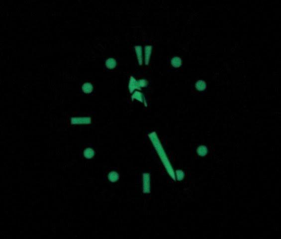 Kim đồng hồ và vạch số của chiếc đồng hồ Seiko nam này được phủ một lớp phản quang hỗ trợ xem giờ trong điều kiện thiếu sáng