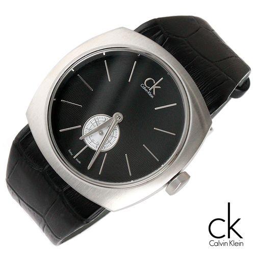 Mặt số đơn giản với cọc số và kim thanh mảnh như chính phương châm thiết kế đồng hồ của hãng