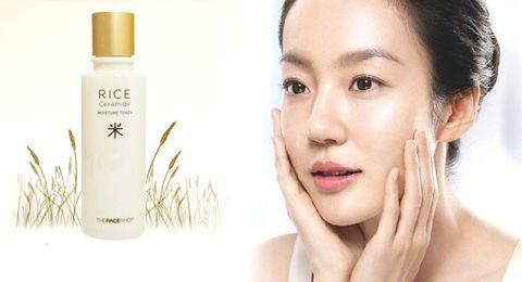 Nước hoa hồng gạo The Face Shop giúp bạn có làn da bóng khỏe, mịn màng.