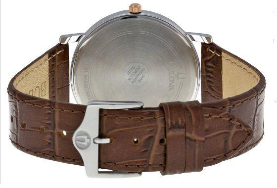 Dây da nâu có phần cổ điển được kết hợp hoàn hảo với các chi tiết giúp chiếc đồng hồ trở nên sang trọng hơn