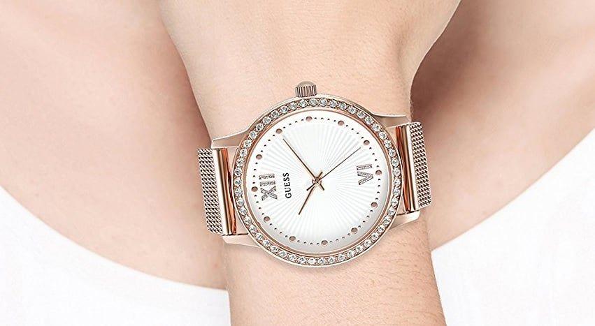 Chiếc đồng hồ Guess nữ trên tay đầy lôi cuốn