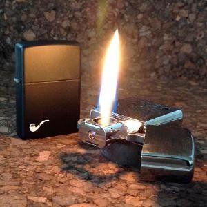 Bật lửa Zippo Pipe Lighters Black Matte 218PL có ngọn lửa ngang