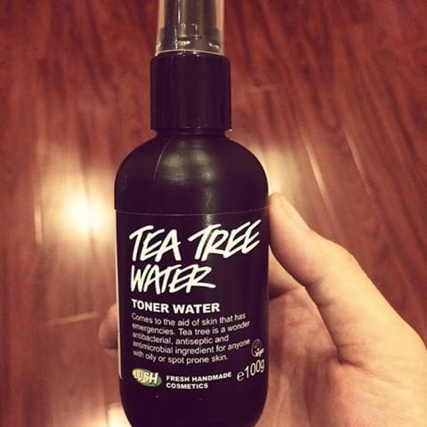 Nước hoa hồng Lush là loại toner dạng xịt, chiết xuất từ tinh dầu tràm, nho đen, chanh và bưởi