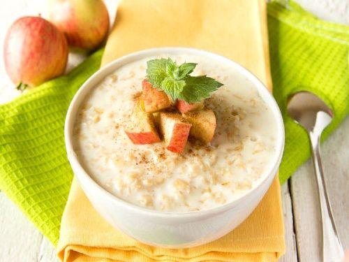 Bữa sáng với yến mạch và táo giúp giảm cân hiệu quả