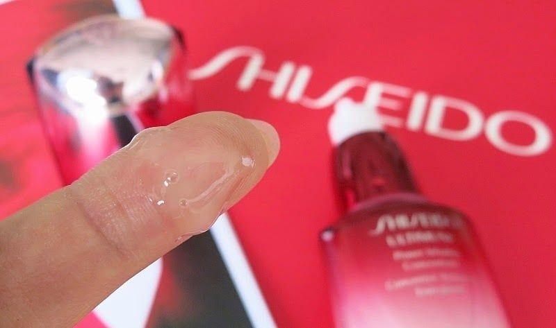 Kem dưỡng mắt Shiseido kết cấu Ultimune Eye không cô đặc và khó hòa tan, mà trở nên ẩm mượt khi thấm vào da