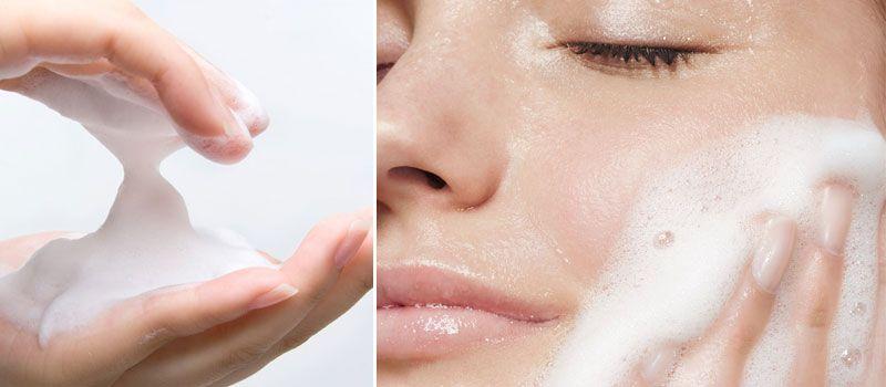 Sữa rửa mặt Syma với lớp kem bọt mịn màng sẽ êm ái loại bỏ tạp chất mà không làm tổn thương bề mặt da