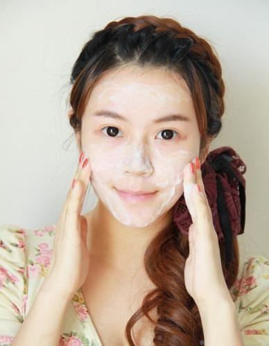 Bạn cần dùng nước tẩy trang để lau lớp trang điểm trên mặt (nếu có) trước khi dùng sữa rửa mặt