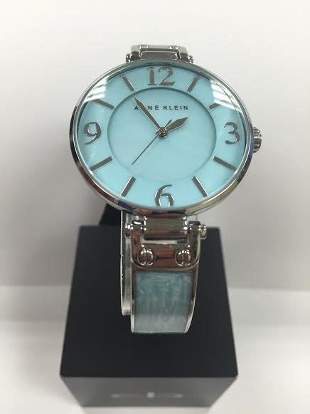 Cận cảnh chiếc đồng hồ Anne Klein AK/2211LBSV