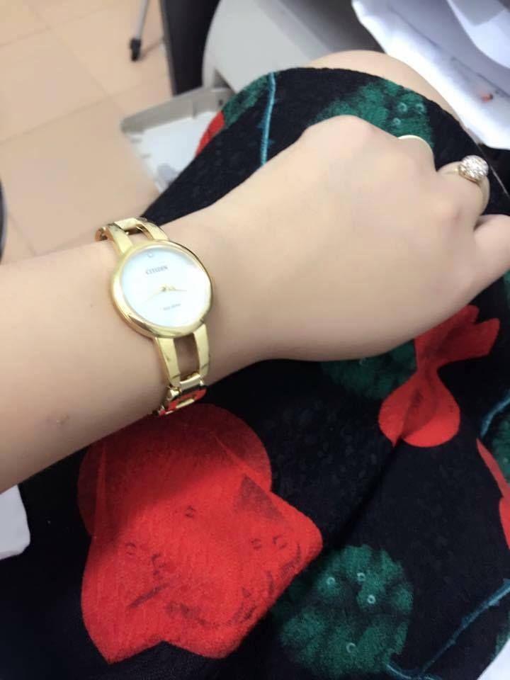 Đồng hồ Citizen nữ EM0432-80Y trên tay trẻ trung và không kém phần sang trọng