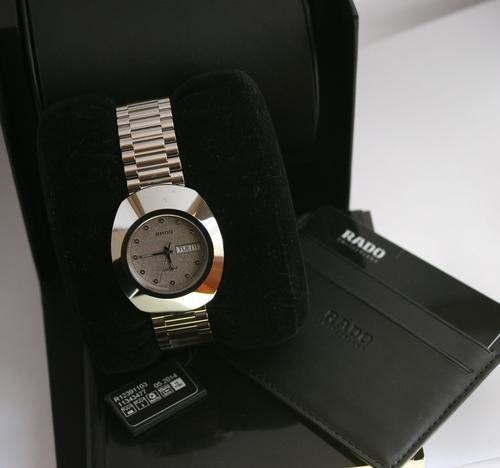 Cận cảnh chiếc đồng hồ Rado R12391103