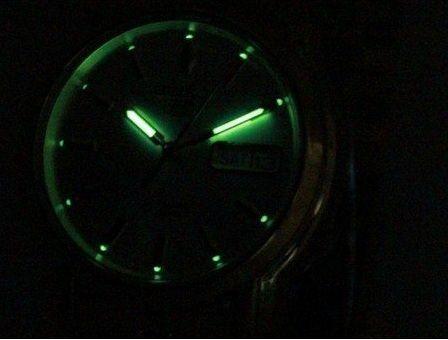 Kim và cọc số được phủ phản quang giúp xem giờ trong bóng tối