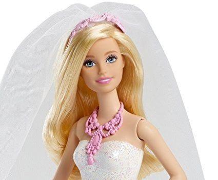 Búp bê Barbie tuyệt đẹp với gương mặt xinh xắn, cách trang điểm tông hồng chủ đạo cùng chiếc vòng cổ sang trọng