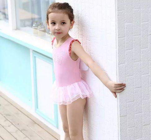 Bộ đồ bơi cho bé gái này sử dụng màu sắc tươi sáng, bắt mắt phù hợp với sở thích của các bé
