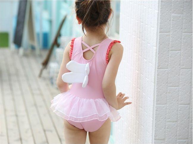 Bộ đồ bơi bé gái liền thân có đôi cánh trang trí phía sau khi mặc lên vô cùng xinh xắn