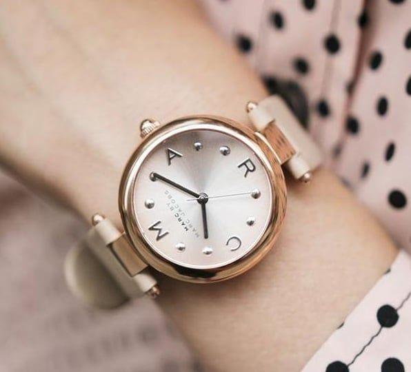 Chiếc đồng hồ Marc jacobs nữ MJ1408 trên tay trẻ trung, thanh lịch