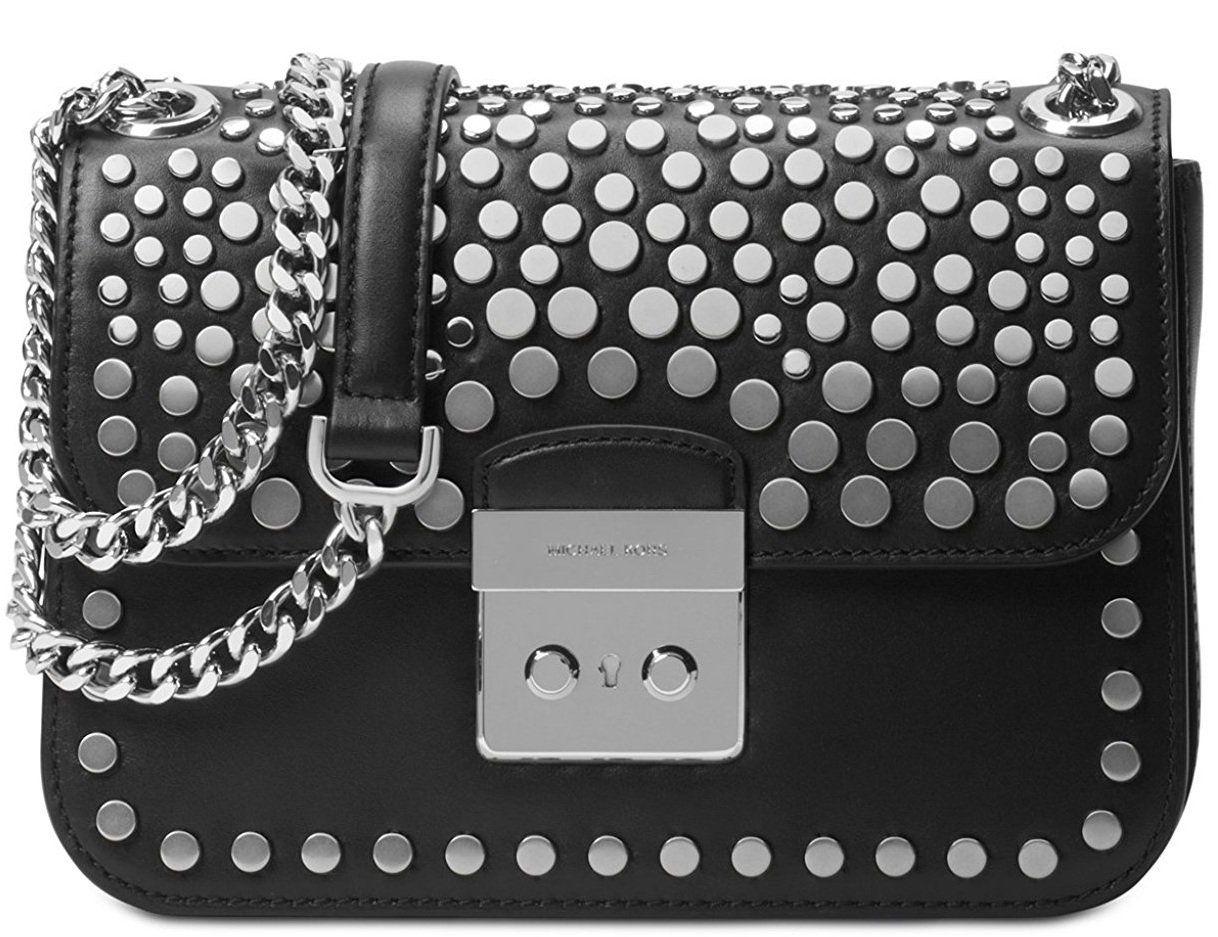 Thân túi được nam đinh, dây đeo dạng xích kết hợp chất liệu da đầy cá tính
