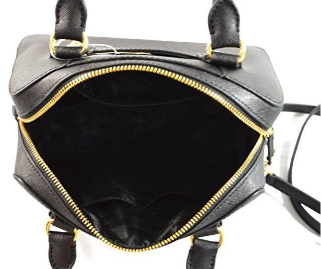 Khoang túi rộng đựng được nhiều đồ cùng nhiều ngăn nhỏ tiện lợi