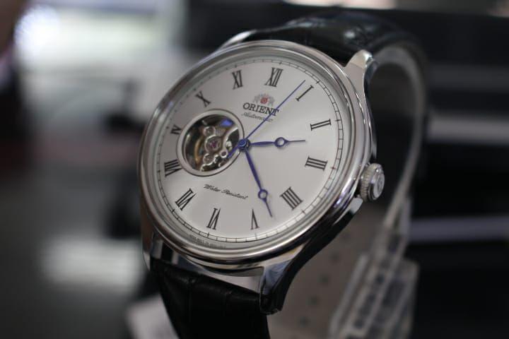 Kim đồng hồ nhỏ nhắn nổi bật trên nền mặt trắng