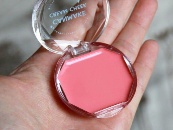 Canmake Cream Cheek công thức dạng gel dễ tán và nhanh chóng thấm sâu vào da, giúp đem lại vẻ đẹp rạng ngời tươi tắn cho làn da