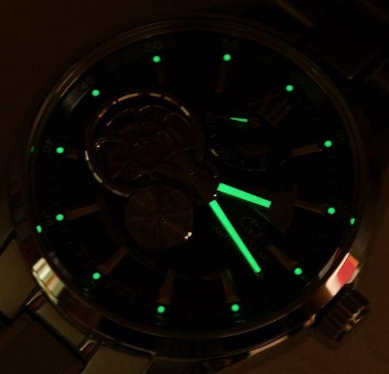 Kim đồng hồ và cọc số phủ phản quang hỗ trợ xem giờ trong bóng tối