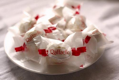 Chắc chắn những người sành ăn và yêu thích cái ngọt sẽ vô cùng thích thú khi được thử một viên Raffaello này