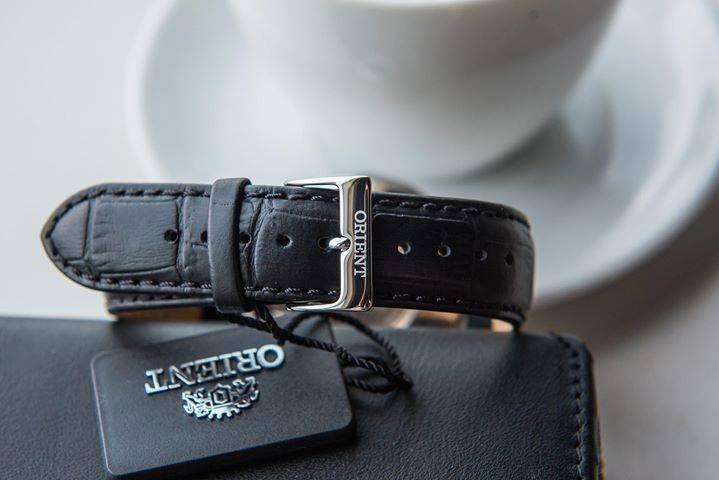 Dây da đen kết hợp hoàn hảo cùng khóa gài mạ bạc