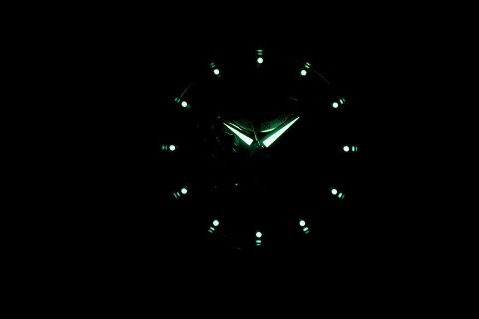 Kim và cọc số phủ phản quang hỗ trợ xem giờ trong bóng tối