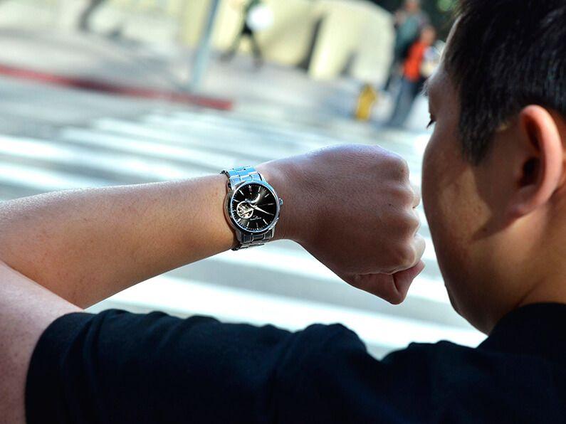 Đồng hồ Orient nam SDA02002B0 trên tay sang trọng