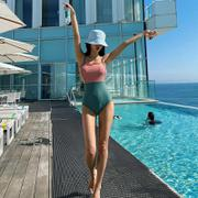 Bộ đồ bơi nữ liền thân phối màu xanh hồng độc đáo